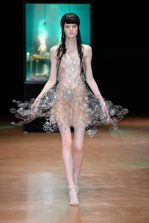 Показ Iris van Herpen коллекции сезона Осень-зима 2017-2018 года Haute couture - www.elle.ru - Подиум - фото 623890