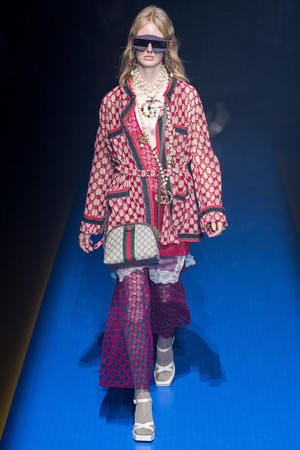 Показ Gucci коллекции сезона Весна-лето 2018 года Prêt-à-porter - www.elle.ru - Подиум - фото 635291