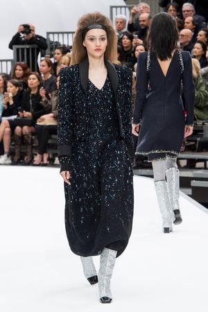 Показ Chanel коллекции сезона Осень-зима 2017-2018 года Prêt-à-porter - www.elle.ru - Подиум - фото 621618