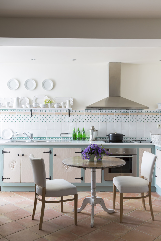 Кухню Альбина решила не менять, а просто заново покрасить. Плитка и мебель сохранились с момента постройки дома.
