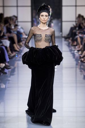 Показ Armani Prive коллекции сезона Осень-зима 2016-2017 года Haute couture - www.elle.ru - Подиум - фото 607146