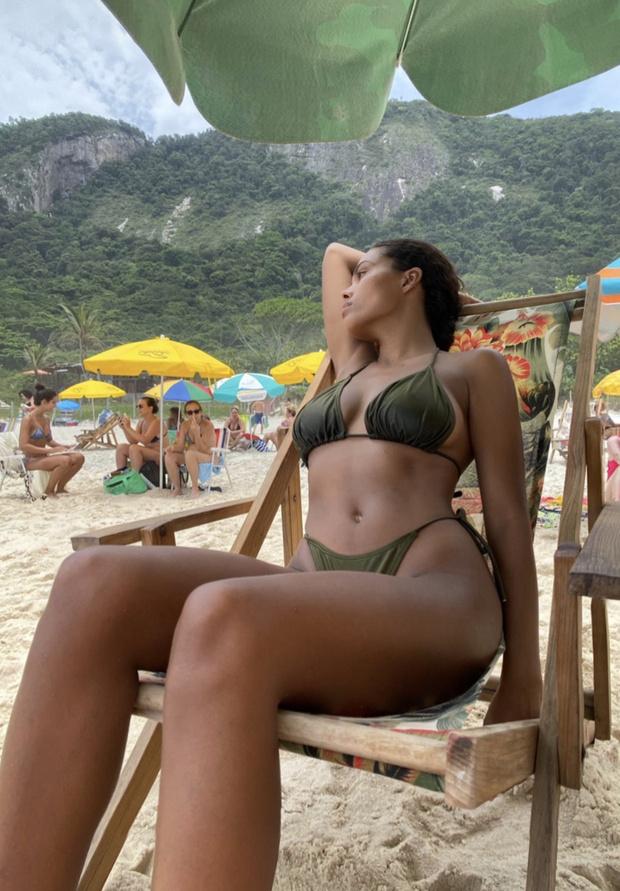 Тропическая жара: Тина Кунаки и ее бикини оттенка зеленой листвы (фото 1)