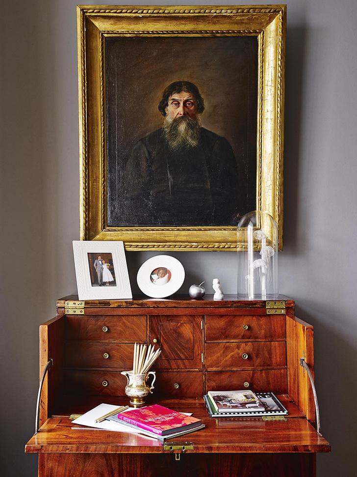 На бюро – семейные фотографии и скульптура «Медузы», купленная в Париже. Над ними – потрет русского купца XIX .