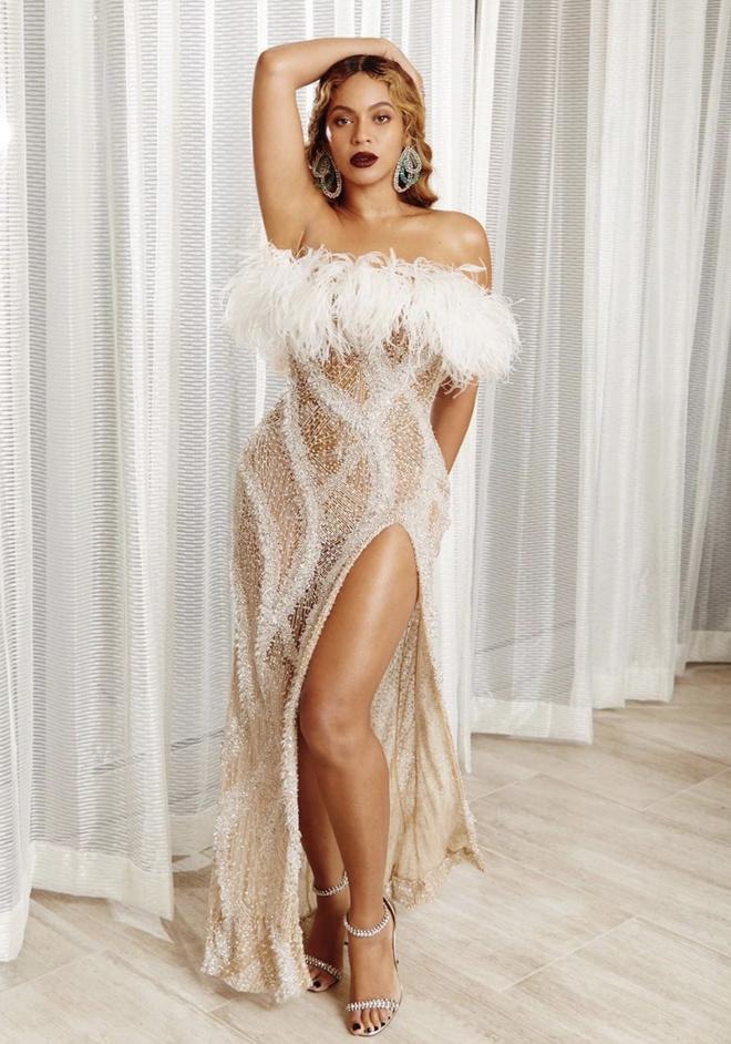 Перья и мега-разрез для ноги: Бейонсе в платье Roberto Cavalli в единственном экземпляре (фото 4)