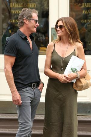Романтика в большом городе: Синди Кроуфорд на прогулке с мужем (фото 1.2)
