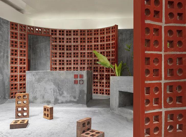 Терракотовые стены в арт-галерее в Индии (фото 11)