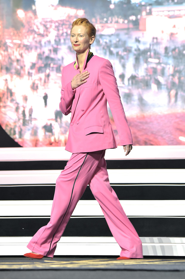 Лиловый смокинг, розовый костюм, и платье-мешок: 3 лучших образа Тильды Суинтон в Марракеше (фото 2)