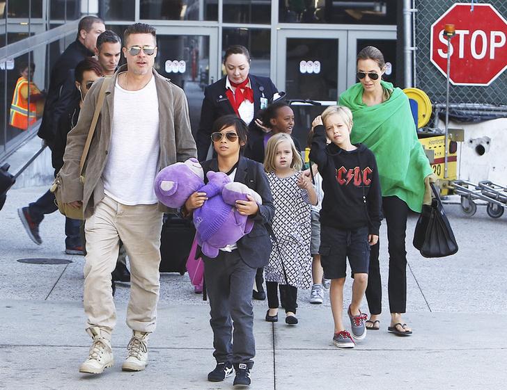 Анджелину Джоли сфотографировали за едой во время шопинга в Лос-Анджелесе фото [6]