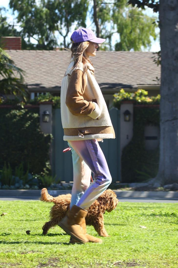 В лиловых оттенках: Алессандра Амросио показала самый уютный и стильный наряд для расслабленной прогулки (фото 3)