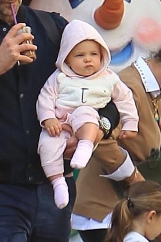 Семейные выходные: Ирина Шейк и Брэдли Купер на прогулке с дочерью (фото 4)