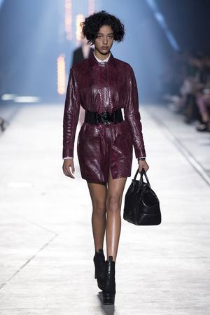 Показ Versace коллекции сезона Весна-лето  2016 года Prêt-à-porter - www.elle.ru - Подиум - фото 599922