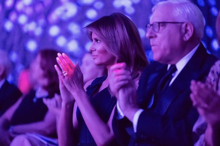 Мелания Трамп сорвала овации в платье любимого королевского оттенка (фото 2)