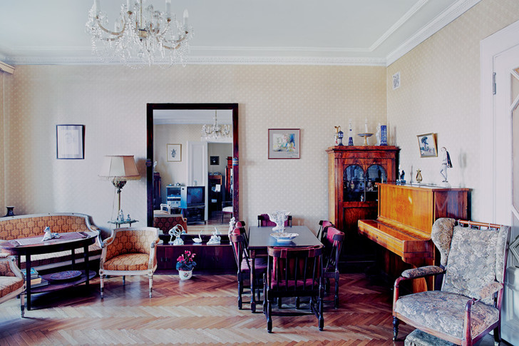 Гостиная, она же столовая. Обстановка в комнате точно такая же, как при жизни балерины. На стене — портрет хозяйки, художник Георгий Верейский.