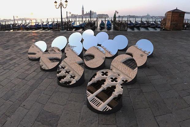 Зеркальная инсталляция в Венеции (фото 0)