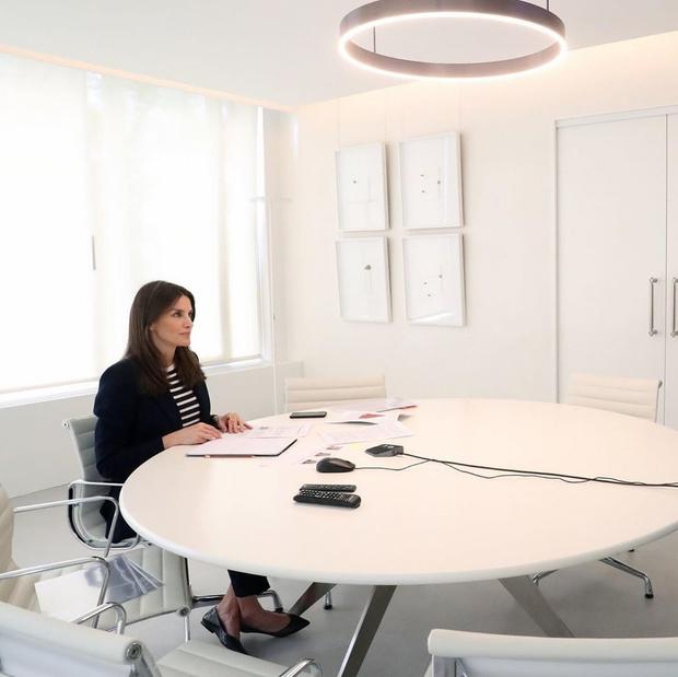 Что надеть, если вам предстоит видеозвонок с коллегами или собеседование по Zoom? Показывает королева Летиция (фото 4)
