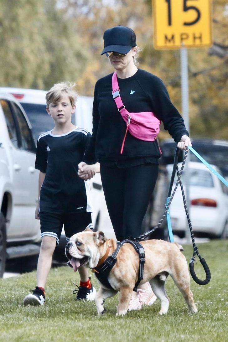 Черный спортивный костюм и неоновая сумка: униформа Риз Уизерспун для прогулки с домашними питомцами (фото 3)