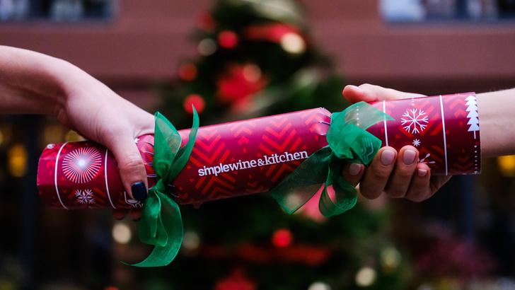 Рождественские крекерсы и подарки в SimpleWine&Kitchen (фото 1)