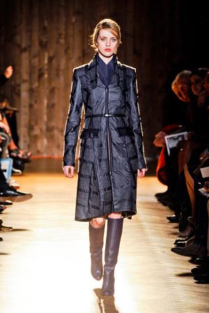Показы мод Roland Mouret Осень-зима 2012-2013 | Подиум на ELLE - Подиум - фото 1444
