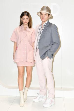 Сладкая парочка: Барбара Палвин и Дилан Спроус в костюмах цвета сахарной ваты (фото 0.1)