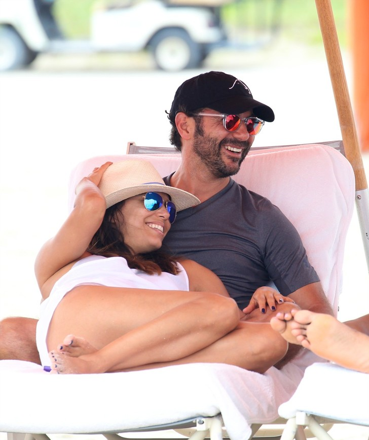 Ева Лонгория и Хосе Антонио Бастон звезды в бикини фото