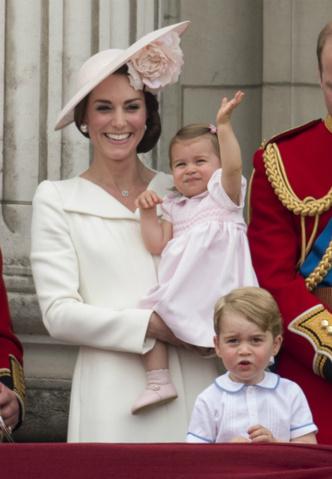 Кейт Миддлтон и принцесса Шарлотта на параде Trooping the Colour в 2016 году