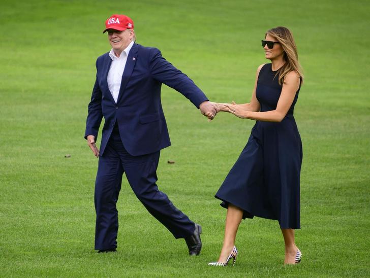 Формула успеха Мелании Трамп: простое платье и яркие туфли с оптическим рисунком (фото 1)