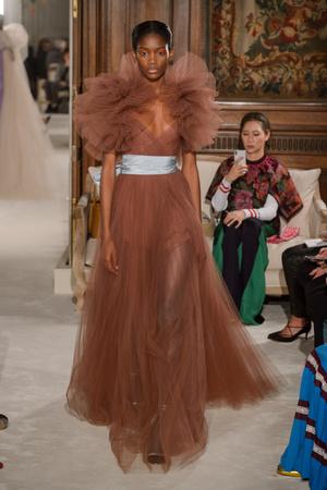 Показ Valentino коллекции сезона Весна-лето 2018 года haute couture - www.elle.ru - Подиум - фото 675961