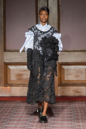 Показ Simone Rocha коллекции сезона осень-зима  2018-2019 года Prêt-à-porter - www.elle.ru - Подиум - фото 690911
