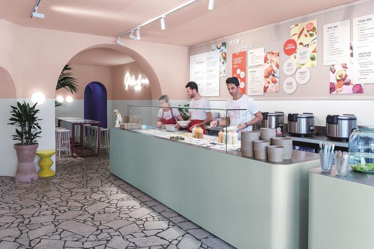 Закусочная в Берлине в духе «Большого всплеска» Дэвида Хокни (фото 1)