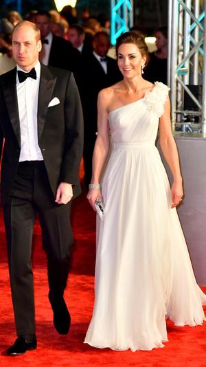 Ослепительно и аристократично: Кейт Миддлтон в белом платье с цветами на BAFTA-2019 (фото 4)
