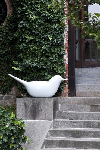 Светящаяся пластиковая скамейка Paloma, дизайн Эро Аарнио, Serralunga.