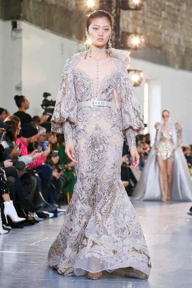 Вырезы в форме галстука и сотни тысяч кристаллов: Elie Saab Haute Couture 2020 (фото 31.1)
