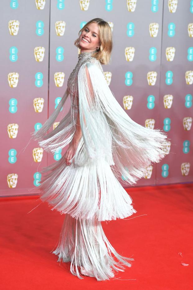 В духе 30-х годов: Элис Ив в  платье с бахромой Ralph & Russo на BAFTA 2020 (фото 1)