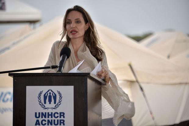 Она умеет улыбаться и носить метры бежевого хлопка: Анджелина Джоли в Колумбии (фото 5)