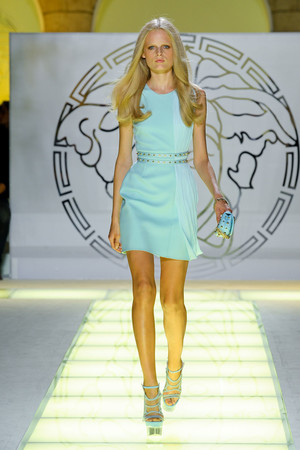Показ Versace коллекции сезона Весна-лето 2012 года Prêt-à-porter - www.elle.ru - Подиум - фото 303417