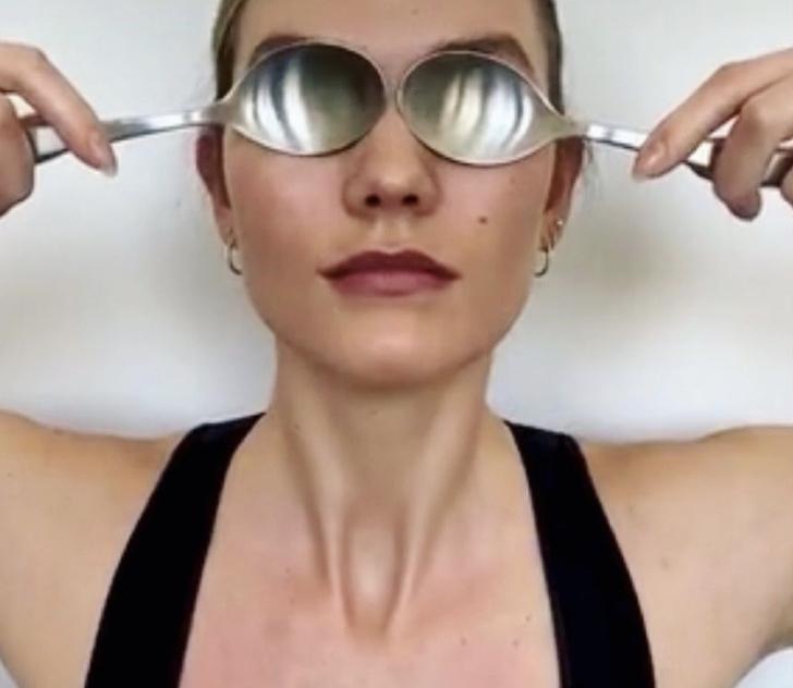 Как массировать лицо столовыми ложками, чтобы продлить молодость? Показывает супермодель Карли Клосс (фото 1)