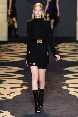 Показ Versace коллекции сезона Осень-зима 2011-2012 года prêt-à-porter - www.elle.ru - Подиум - фото 246045