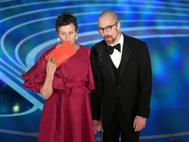 Общество красных конвертов: образы ведущих на «Оскаре-2019» (фото 14)