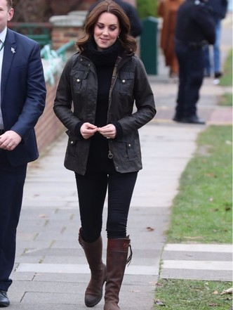 Новый выход Кейт Миддлтон: куртка, свитер и никаких каблуков (фото 3)