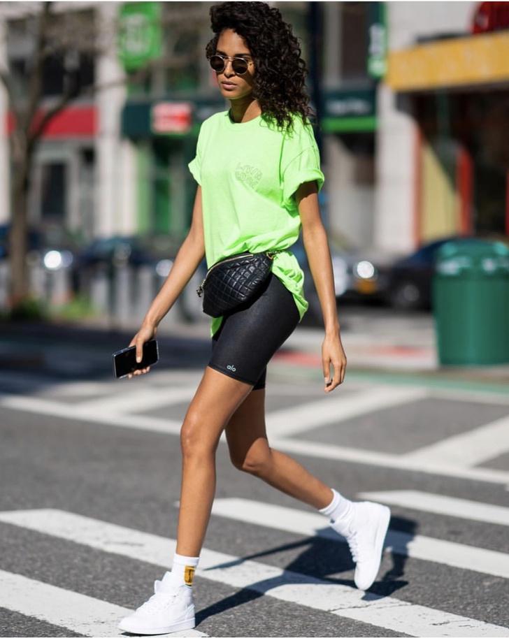 Велосипедки и неон: этой весной одевайтесь как Синди Бруна (фото 2)