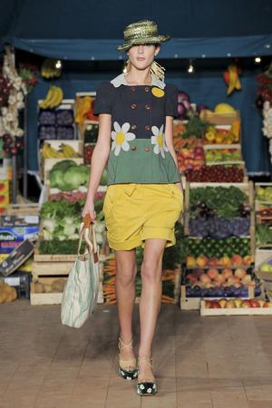 Показ Moschino Cheap & Chic коллекции сезона Весна-лето 2012 года Prêt-à-porter - www.elle.ru - Подиум - фото 303997