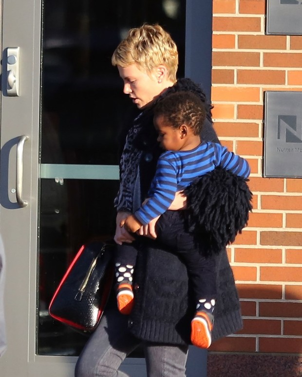 Шарлиз Терон и Шона Пенна обвинили в жестоком обращении с ребенком