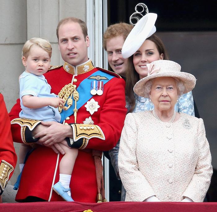 Принц Георг, Уильям, Гарри, Кейт Миддлтон и Елизавета II