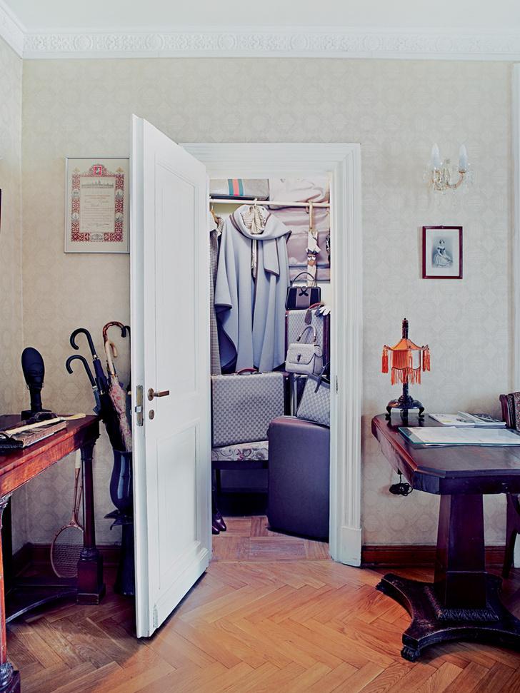 Прихожая. Тесная гардеробная до отказа заполнена всевозможными дорожными принадлежностями: чемоданами, саквояжами, накидками Gucci и Louis Vuitton.