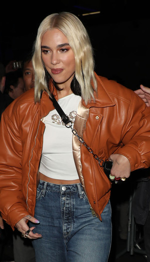 Кожаная куртка и прямые джинсы: Дуа Липа в Лондоне (фото 0.2)