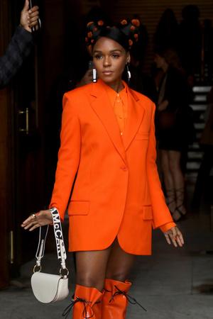 Оранжевый — хит сезона: три гостьи показа Stella McCartney в образах в самом жизнерадостном цвете (фото 1.2)