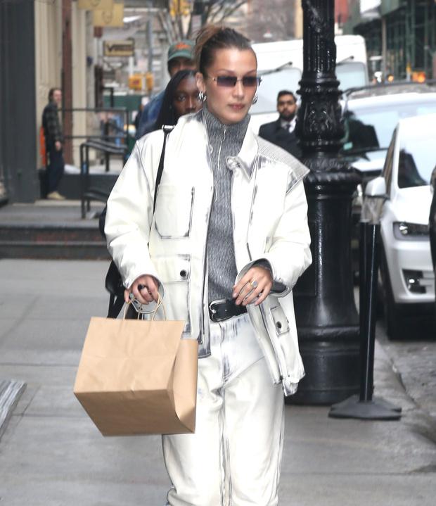 Модели выбирают белый: Белла Хадид в стильном костюме и свитере с молнией на воротнике (фото 3)