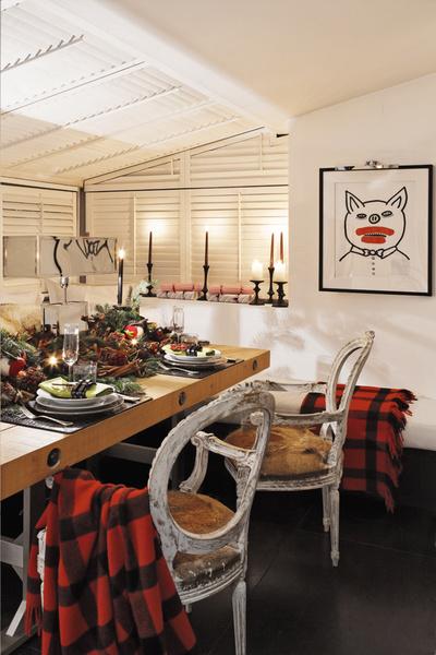 На стене — работа Кита Харинга; на подоконнике — свечи, Pointe à la Ligne; клетчатый плед, Ralph Lauren Home