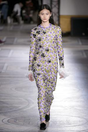 Показ Giambattista Valli коллекции сезона Весна-лето 2018 года Haute couture - www.elle.ru - Подиум - фото 671841