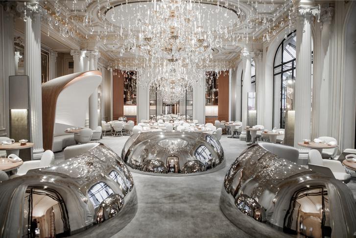 Ресторан Алена Дюкасса в отеле Plaza Athenee в Париже – 13-я строчка рейтинга. Автор интерьера – дизайнер Патрик Жуэн
